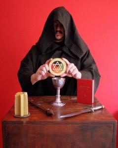 Frater Goya, no Altar, com Liber Legis