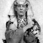Aleister Crowley - cca. 1899 - Com vestimentas da Ordem Hermética da Aurora Dourada