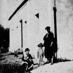 Aleister Crowley - cca. 1921 e.v. - Com Alostrael que estava com seu bebê, Poupée, na Abadia de Thelema, que foi fundada em em Cefalú, uma comunidade italiana da região da Sicília, província de Palermo