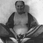 Aleister Crowley - cca. 1939 e.v. - Posando como Fo-Hi, o Deus Chinês da Alegria e do Riso