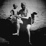 Aleister Crowley - cca. 1942 e.v. - Com seu filho Aleister Ataturk